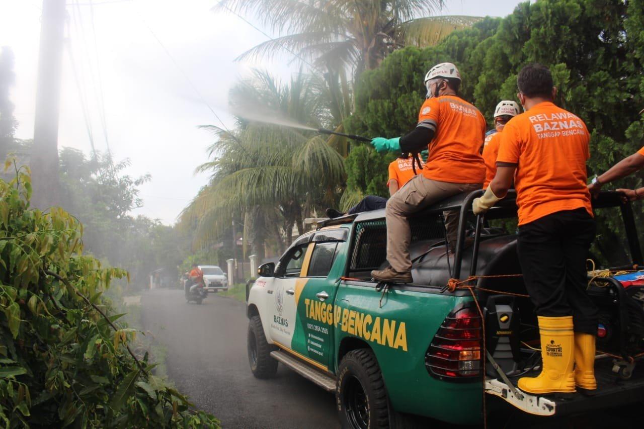 Cegah Covid Meluas, Kampung Bidara Cina Disemprot Disinfektan